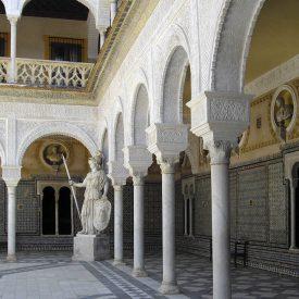 1200px-022-Patio-Casa_de_Pilatos-Sevilla(RI-51-0000889)